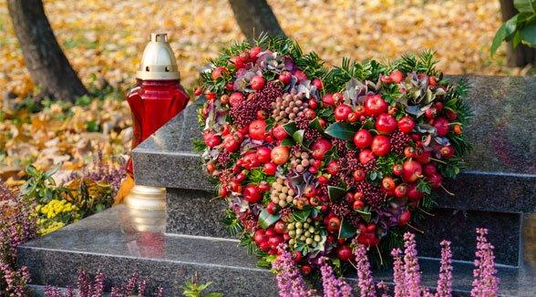 Foto einer Bestattung mit einem Blumenkranz in Herzform